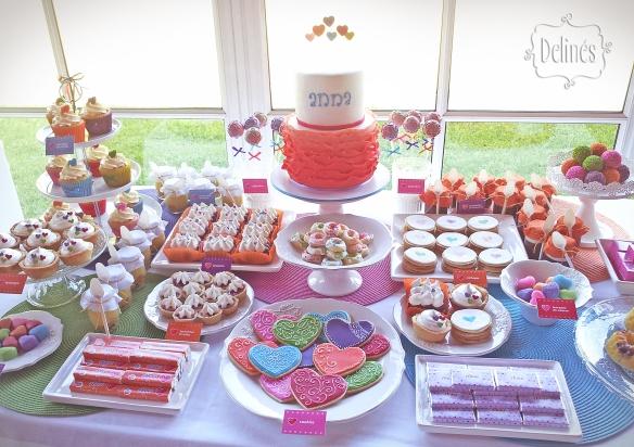 Corazones coloridos mesa dulce vista
